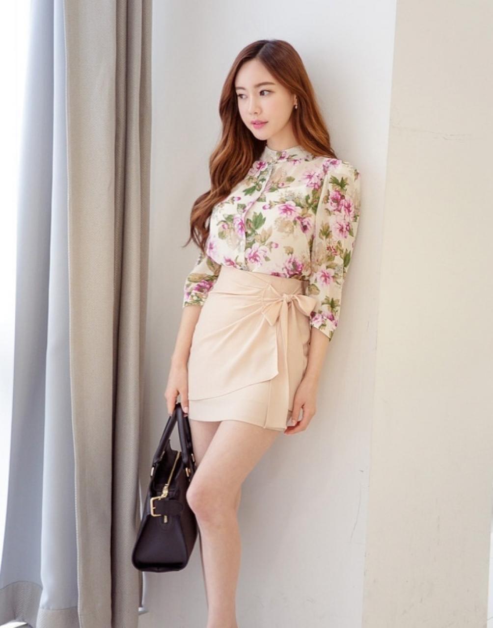 Kết hợp áo kiểu và chân váy đơn giản nhưng thời trang