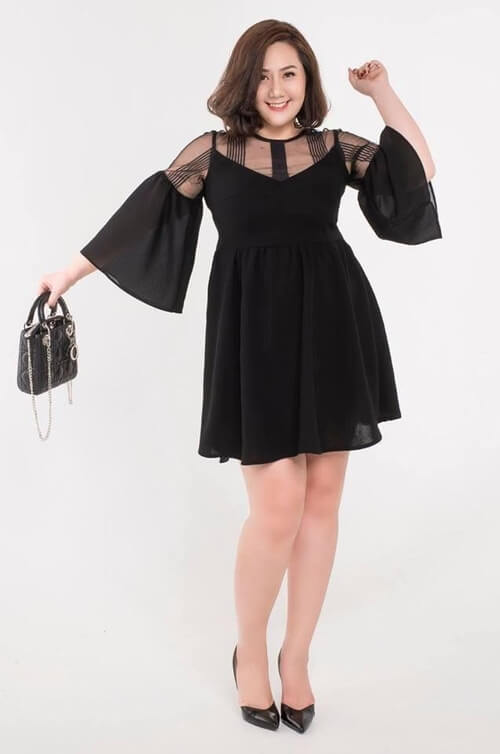 Đầm đen cổ ren tay xòe điệu đà