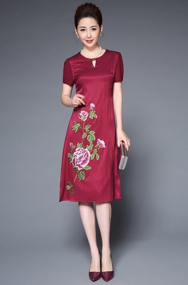 Đầm hoa đỏ mận thêu gấm
