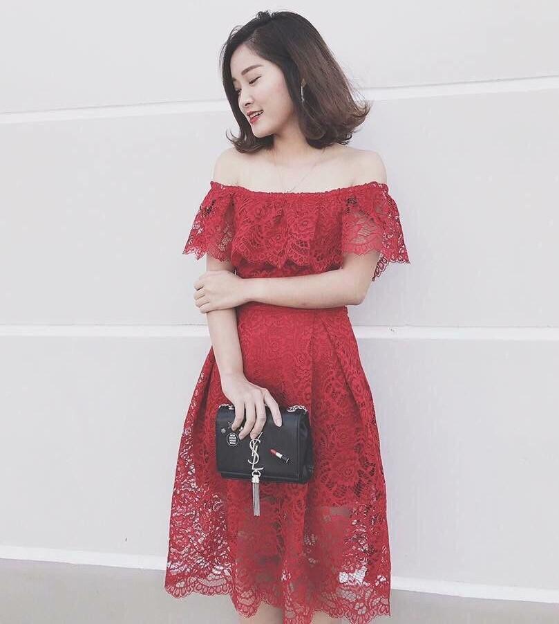 Đầm ren hoa đỏ mận trễ vai