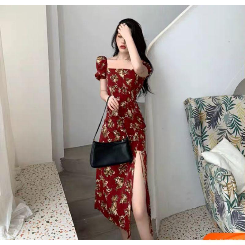Đầm hoa đỏ mận cổ vuông xẻ tà
